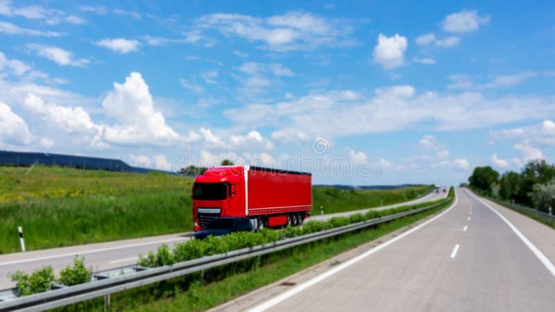 Czerwona ci??ar?wka na drodze czerwona ci??ar?wka fotografia stock