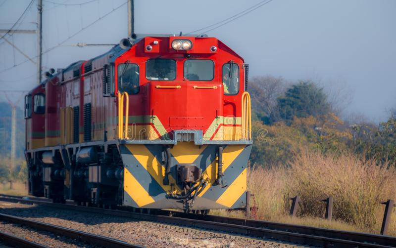 Czerwona Dieslowska Elektryczna lokomotywa na słonecznym dniu obraz royalty free