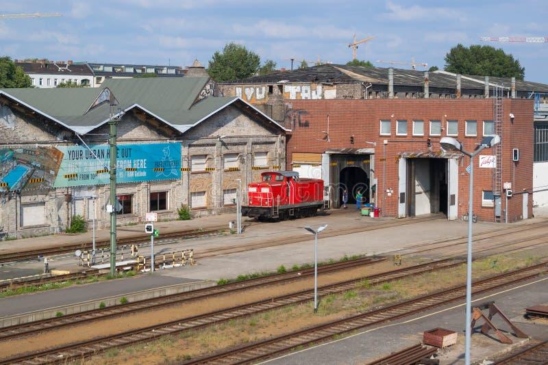 Czerwona dieslowska lokomotywa przed lokomotoryczną zajezdnią w Berlin, fotografia royalty free