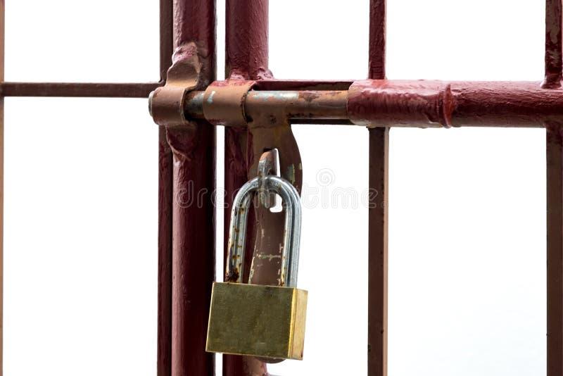 Czerwona dokonanego żelaza nadokienna rama Żółty klucz blokuje odizolowywa białego tło zdjęcia stock