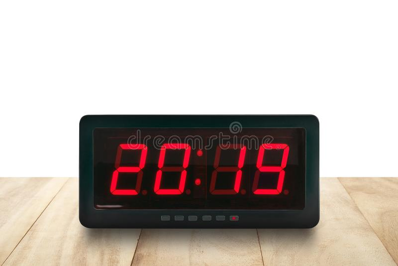 Czerwona dowodzona lekka iluminacja liczy 2019 na czarnej cyfrowej elektrycznej budzik twarzy na brązu drewnianym stole obrazy stock