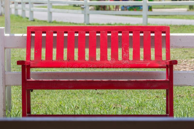 Czerwona drewniana ławka obraz stock