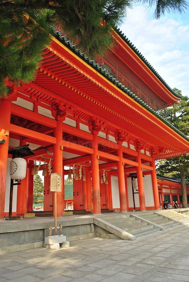 Czerwona drewniana brama Heian świątynia w Kyoto, Japonia obraz royalty free