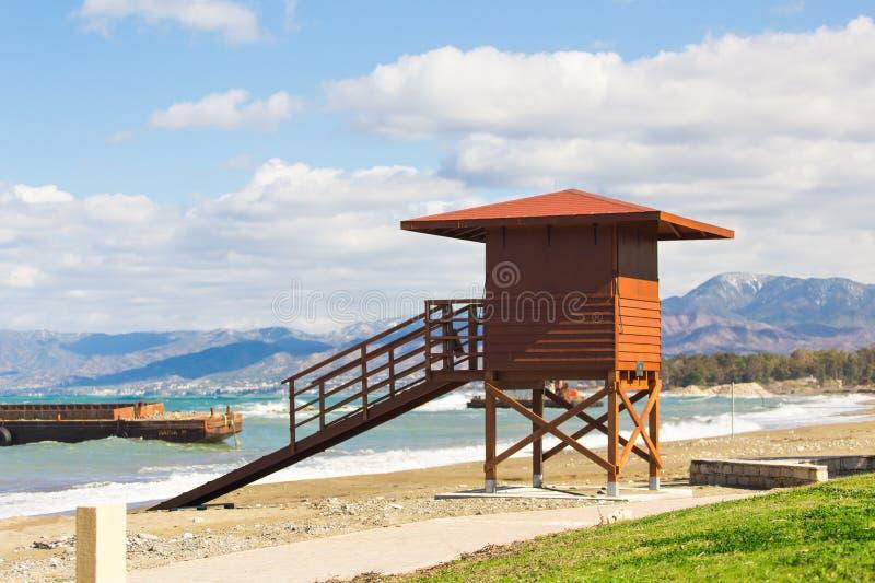 Czerwona drewniana ratownik buda na pustej ranek plaży zdjęcie stock