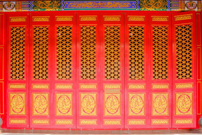 Czerwona drzwiowa chińskiego stylu świątynia przy Watem Mangkon Kamalawat lub Watem Leng Noei Yi w Nonthaburi, Tajlandia obrazy royalty free
