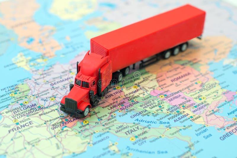 Czerwona duża ładunek ciężarówka obrazy stock
