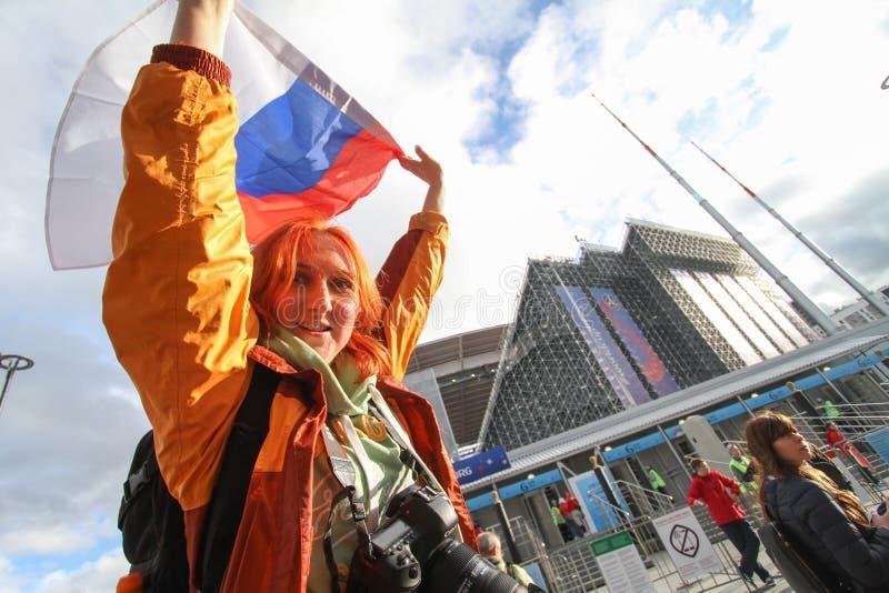 Czerwona fan dziewczyna z Russia stadium chorągwianą pobliską areną zdjęcia stock
