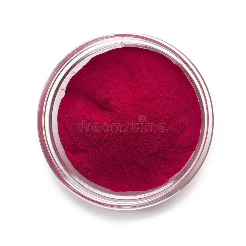 Czerwona farba proszkowa w szklanej miseczce na białym tle zdjęcie stock