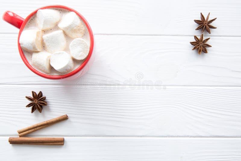 Czerwona filiżanka gorący kakao na białym drewnianym stole, odgórny widok, astronautyczny fo obraz royalty free