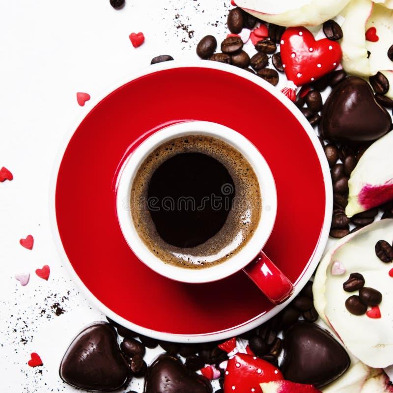Czerwona filiżanka kawy espresso kawa na walentynki ` s dniu, cukierkach i menchiach, p zdjęcie royalty free