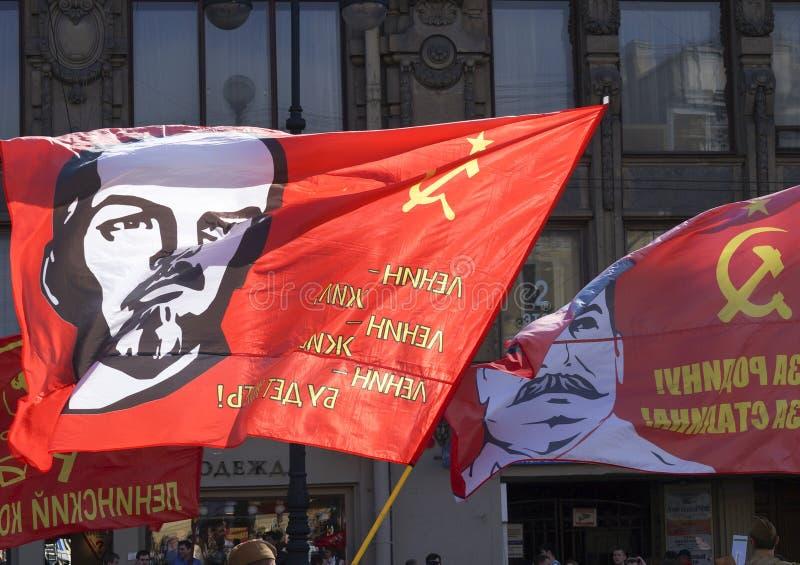 Czerwona flaga z liderem na flagpole obraz stock