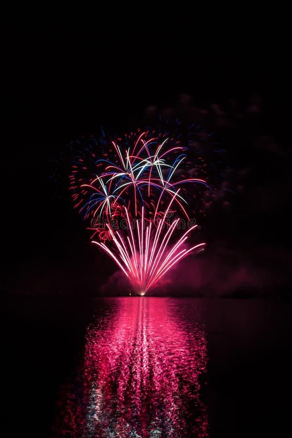Czerwona fontanna i kolor błyskamy od bogatych fajerwerków nad Brno tamą z jeziornym odbiciem obraz royalty free