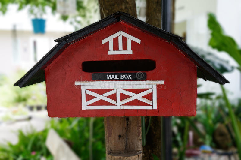 Czerwona handmade skrzynka pocztowa zdjęcia royalty free