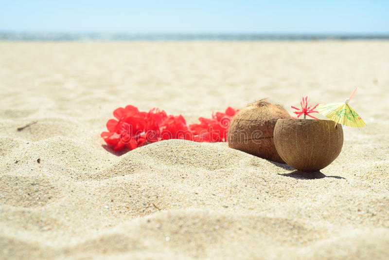 Czerwona Hawajska lei girlanda na plaży obraz royalty free