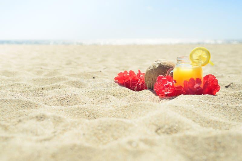 Czerwona Hawajska lei girlanda na plaży zdjęcie stock
