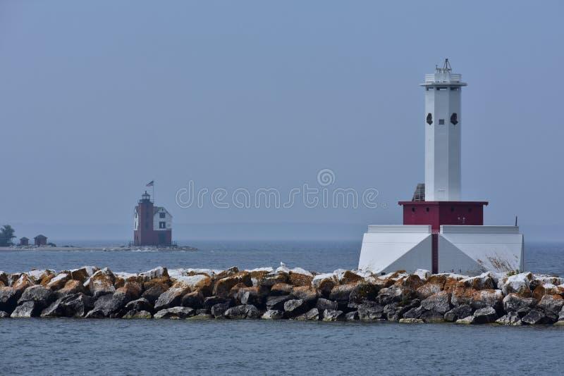Czerwona i biała latarnia morska na Wielkich jeziorach patrzeje drugi latarnię morską obrazy stock