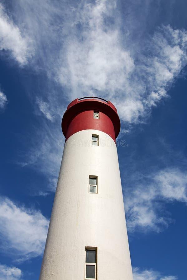 Czerwona i Biała latarnia morska Przedłużyć W kierunku Błękitnego Chmurnego nieba fotografia stock