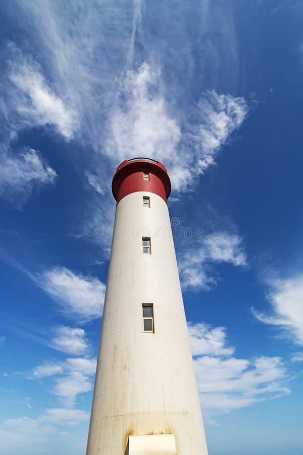 Czerwona i Biała latarnia morska Przedłużyć W kierunku Błękitnego Chmurnego nieba zdjęcia stock