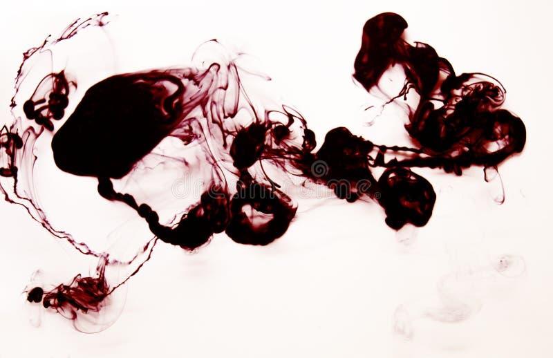 Czerwona i czarna atrament chmura w wodnej ręcznie robiony DIY teksturze odizolowywającej na bielu obraz stock