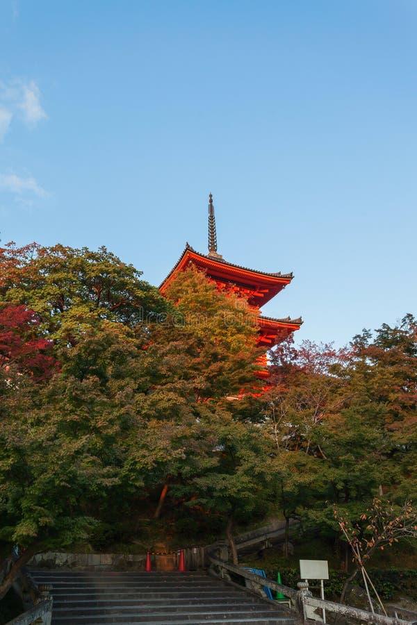 Czerwona japońska pagoda w Kiyomizu-dera świątyni przy zmierzchem przeciw niebieskiego nieba tłu zdjęcia royalty free