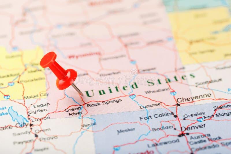 Czerwona klerykalna igła na mapie Stany Zjednoczone, Wyoming i kapitał Cheyenne, Zakończenie w górę mapy Wyoming z czerwonym hals fotografia stock