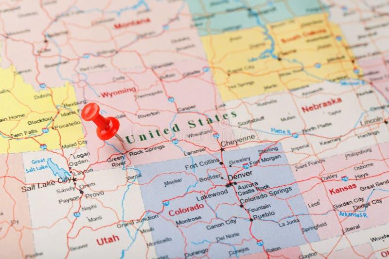 Czerwona klerykalna igła na mapie Stany Zjednoczone, Wyoming i kapitał Cheyenne, Zakończenie w górę mapy Wyoming z czerwonym hals obraz royalty free