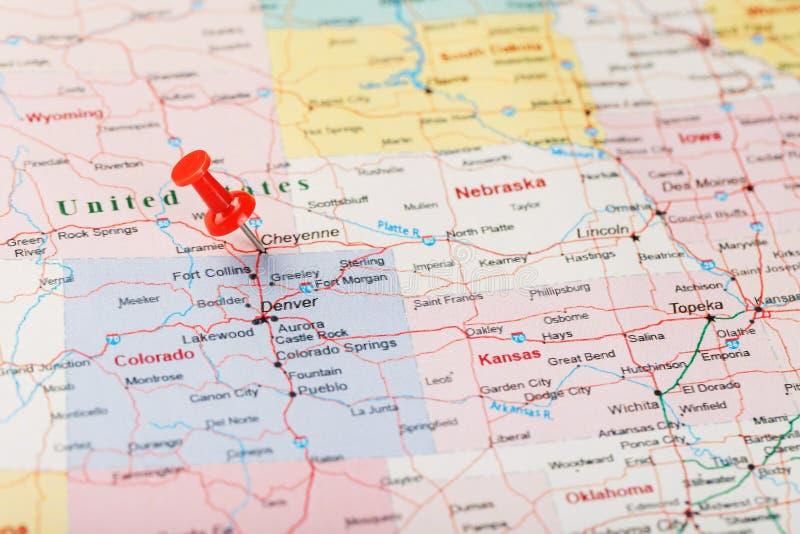 Czerwona klerykalna igła na mapie Stany Zjednoczone, Wyoming i kapitał Cheyenne, Zakończenie w górę mapy Wyoming z czerwonym hals obrazy stock