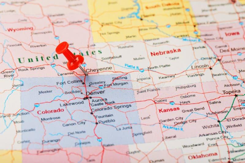 Czerwona klerykalna igła na mapie Stany Zjednoczone, Wyoming i kapitał Cheyenne, Zakończenie w górę mapy Wyoming z czerwonym hals obraz stock