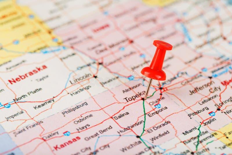 Czerwona klerykalna igła na mapie usa, Kansas i kapitału Topeka, Zakończenie w górę mapy Kansas z czerwonym halsem obrazy stock