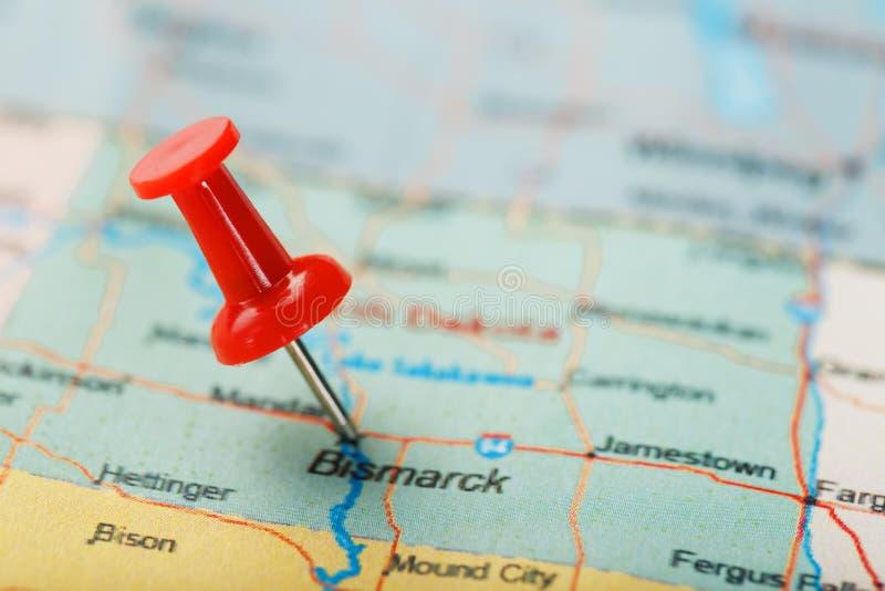 Czerwona klerykalna igła na mapie usa, Północny Dakota Bismarck i kapitał, Zbliżenie mapa Północny Dakota z Czerwonym halsem stan fotografia stock