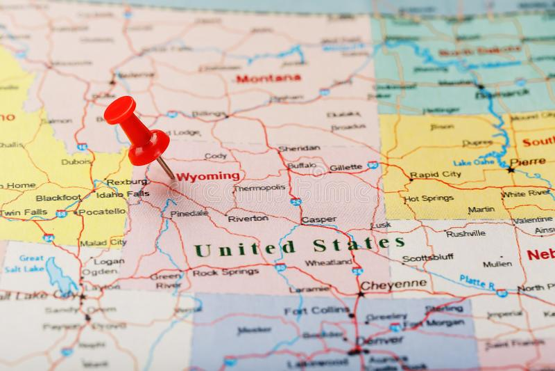Czerwona klerykalna igła na mapie usa, Wyoming i kapitał Cheyenne, Zakończenie w górę mapy Wyoming z czerwonym halsem fotografia royalty free
