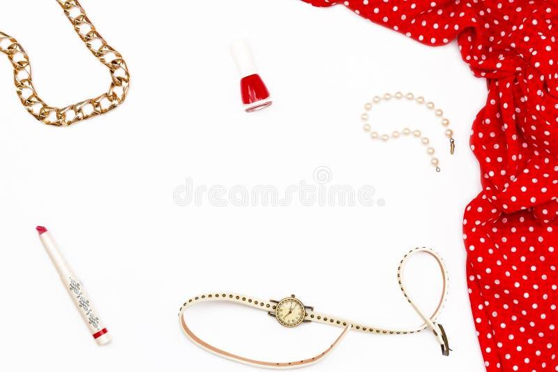 Czerwona kobieca suknia, gwoździa połysk, pomadka i perły bransoletka na białym tle, Minimalny pojęcie piękno obrazy stock