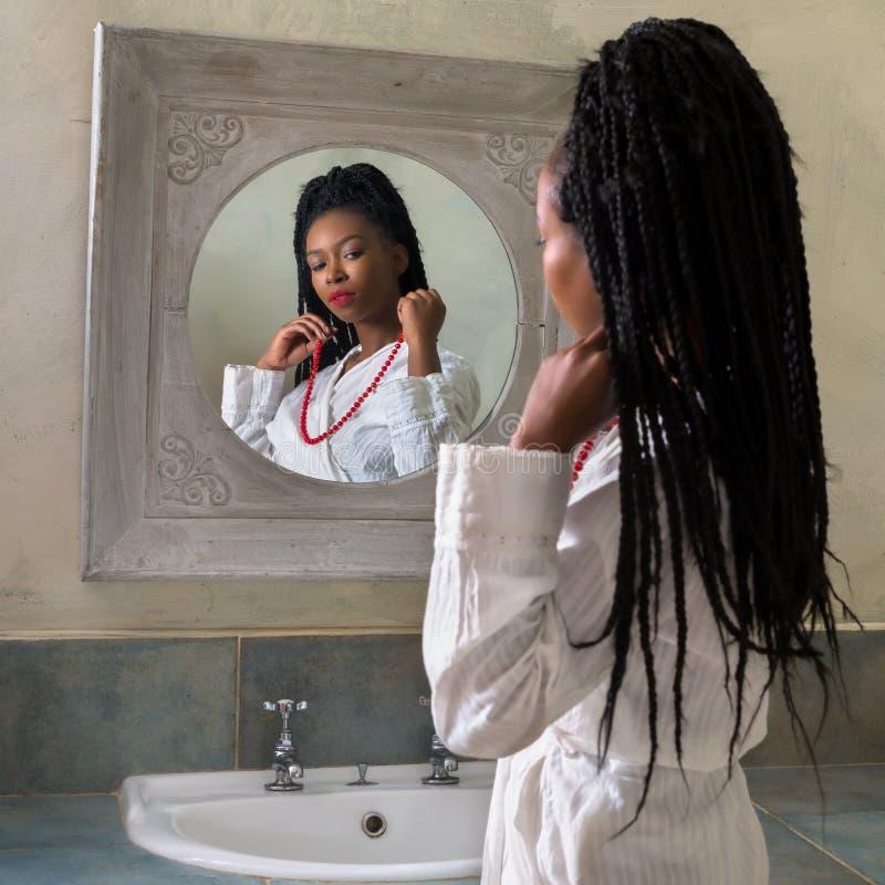 Czerwona kolia dla młodej kobiety fotografia stock