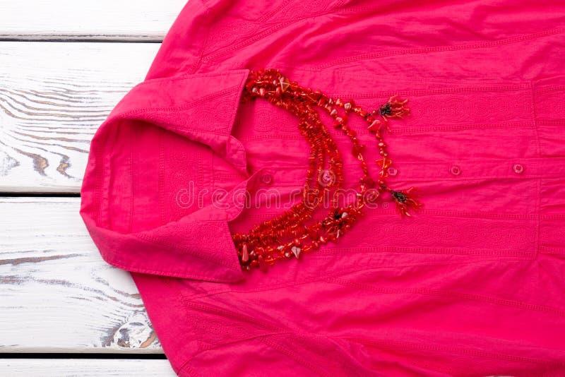 Czerwona kolia na różowej koszula obrazy royalty free