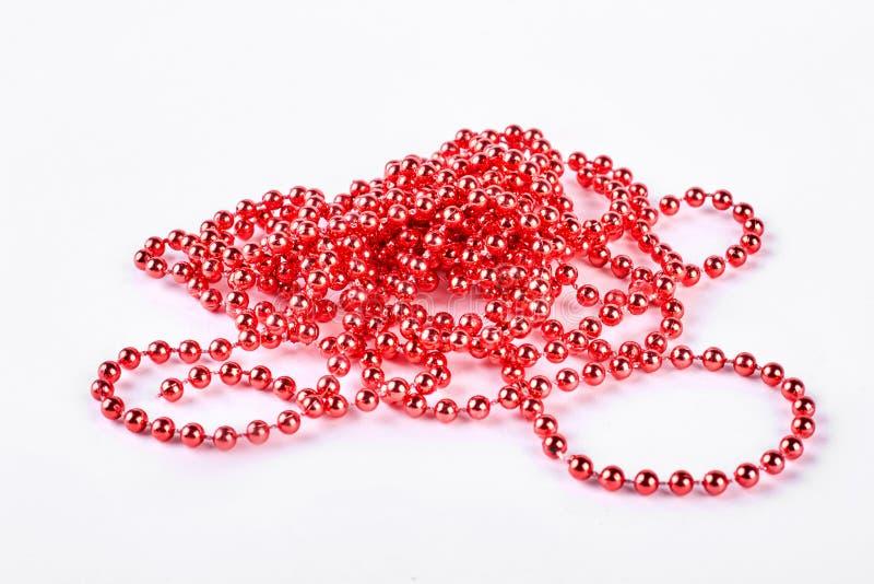 Czerwona koralik girlanda na białym tle fotografia royalty free