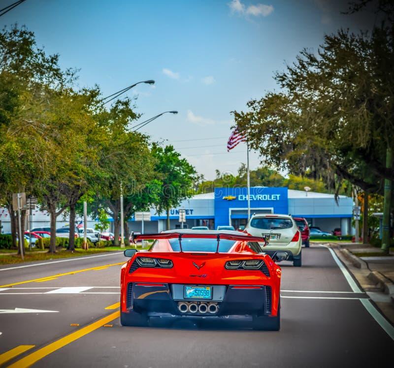 Czerwona korweta widzieć od Chevrolet przedstawicielstwa handlowego na tle za z obrazy royalty free