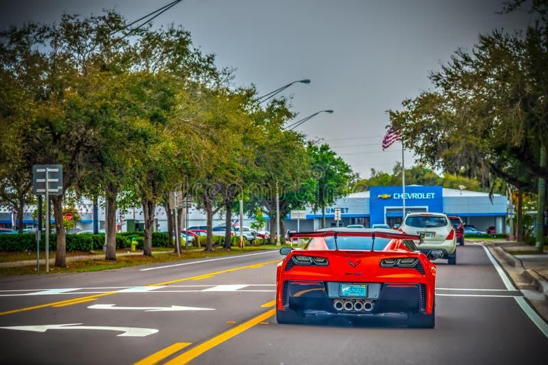 Czerwona korweta widzieć od Chevrolet przedstawicielstwa handlowego na tle za z zdjęcie royalty free