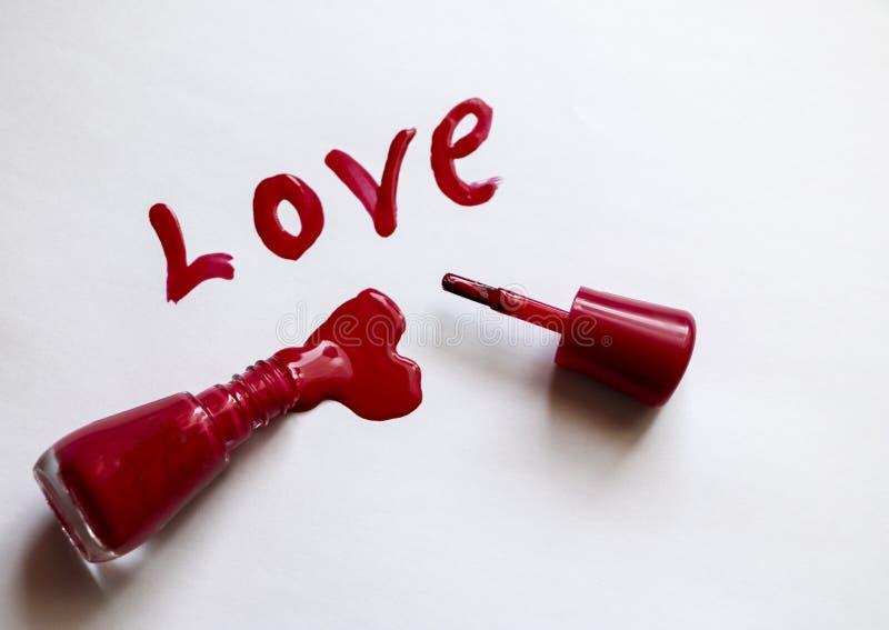 Czerwona laka Miłość - pisać w czerwonym gwoździa połysku na białym tle Sztabka dla pocztówki - lacomanyak wakacje obraz stock