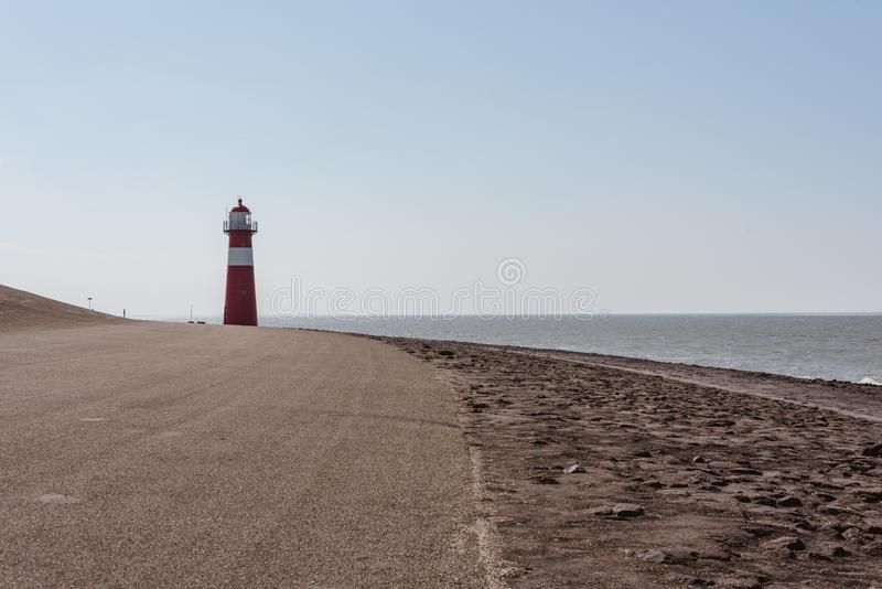 Czerwona latarnia morska na tle morze w holandiach obraz stock