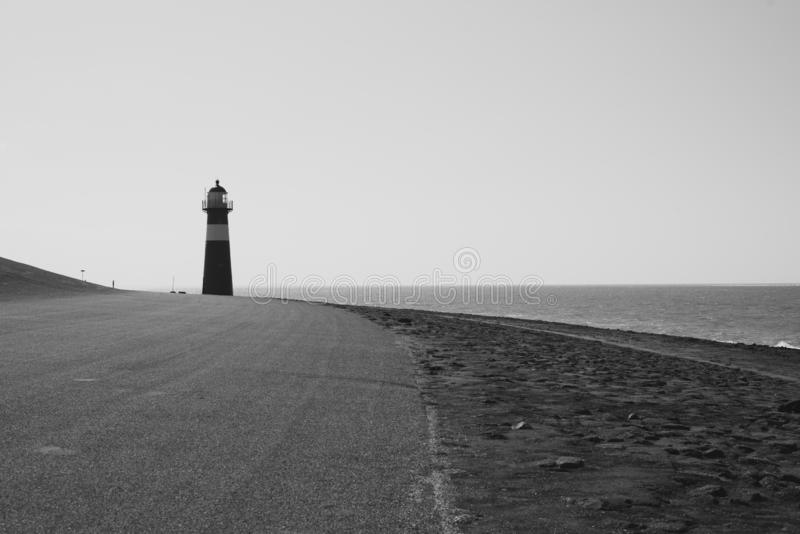 Czerwona latarnia morska na tle morze w holandiach obrazy stock