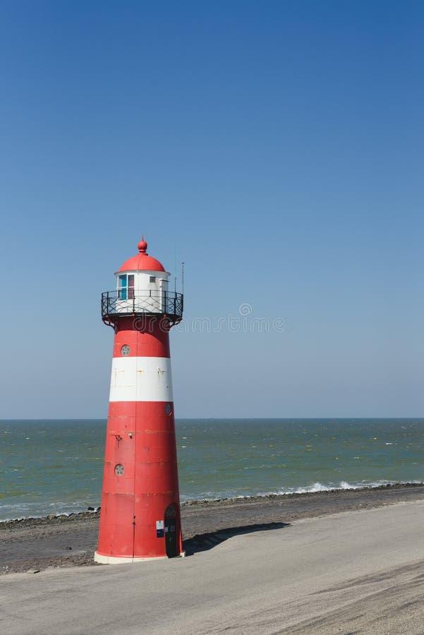 Czerwona latarnia morska na tle morze w holandiach zdjęcie royalty free