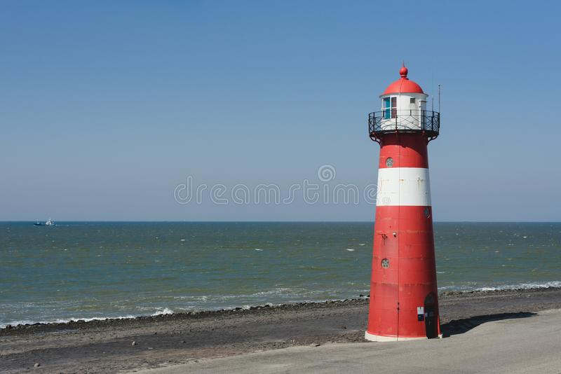 Czerwona latarnia morska na tle morze w holandiach zdjęcie stock