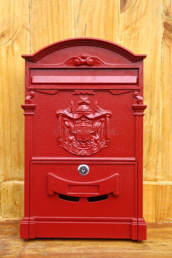 Czerwona metal skrzynka pocztowa obrazy royalty free
