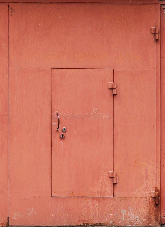 Czerwona metalu garażu ściana z zamkniętym drzwi fotografia stock