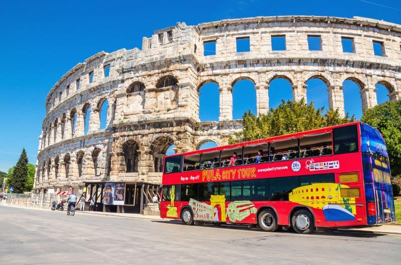 Czerwona miasto wycieczka turysyczna i antyczny rzymski amphitheatre w Pula mieście w Chorwacja zdjęcie royalty free