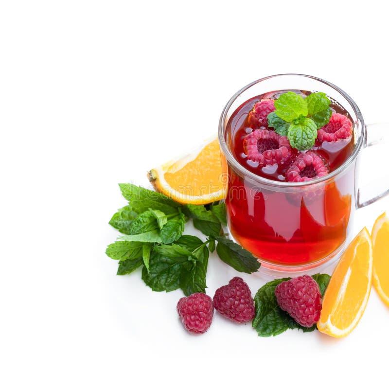 Czerwona owocowa herbata z malinką i pomarańcze odizolowywającymi na białym tle obraz stock