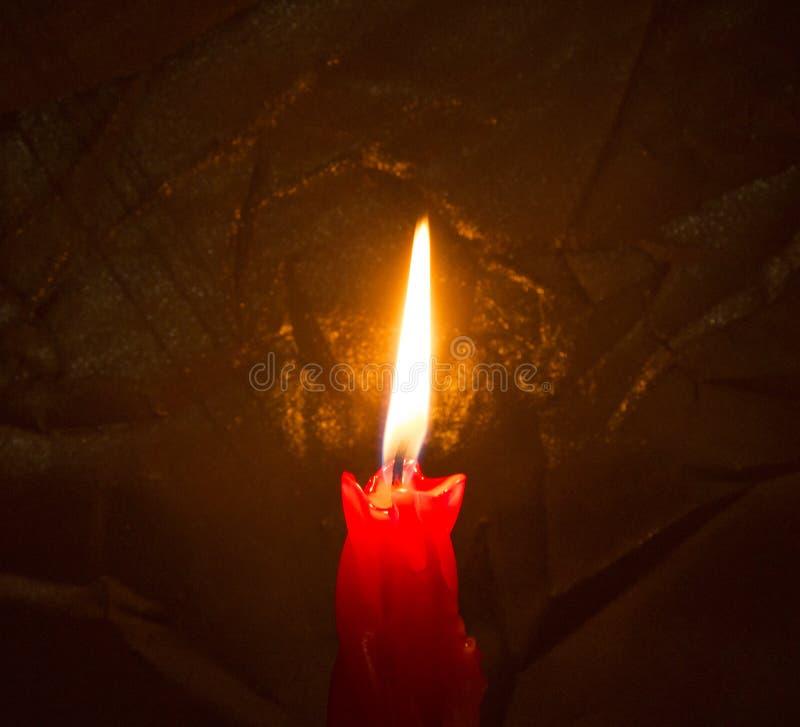 Czerwona płonąca świeczka w zmrok obrazy royalty free