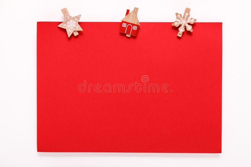 Czerwona papierowa karta na boże narodzenie odzieżowym czopie fotografia royalty free