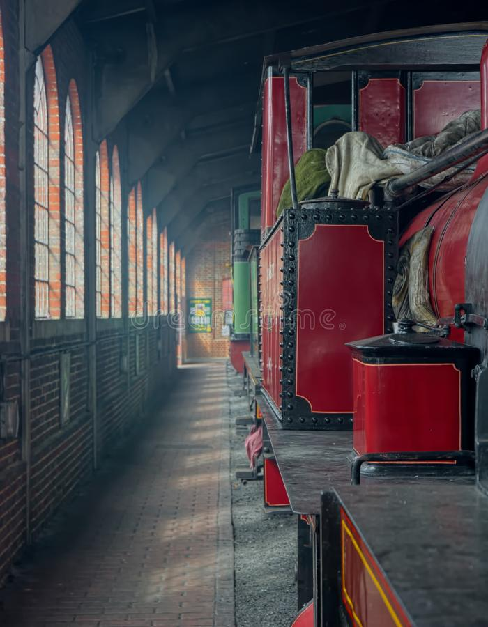 czerwona parowa lokomotywa Parowozowa jata obrazy stock