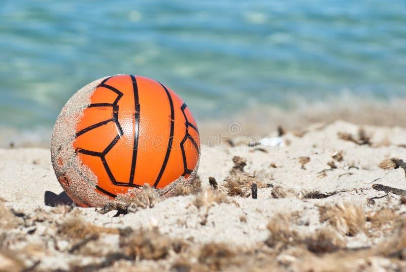 Download Czerwona piłka w piasku obraz stock. Obraz złożonej z morze - 33053909